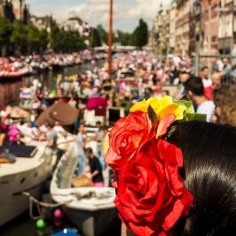 Un canale di Amsterdam, Olanda, durante la parata del Gay Pride 2017